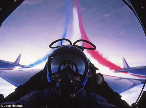 Photo prise dans le cockpit d'un avion de la Patrouille Acrobatique de France en vol